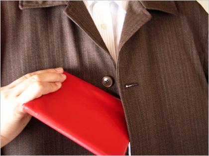 ジャケットの内ポケットに手帳
