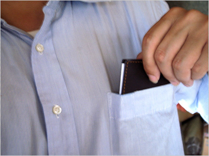 薄いメモ帳を胸ポケットにイン