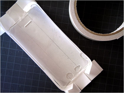 カバーに両面テープを貼る